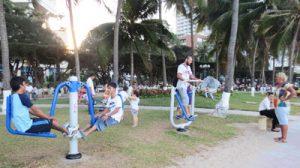 Người dân bên bộ dụng cụ thể thao mới của Nha Trang